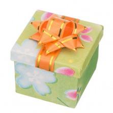 Pudełko na prezent - kostka z różnokolorowym motywem i kokardą