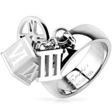 Stalowy pierścionek z zawieszkami kostka, obręcz, rzymska cyfra trzy