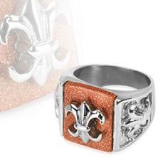 Stalowy pierścień ze znakiem babilońskim na błyszczącym tle