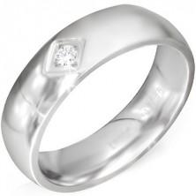 Błyszczący stalowy pierścionek z rombowym wcięciem i bezbarwnym kamyczkiem