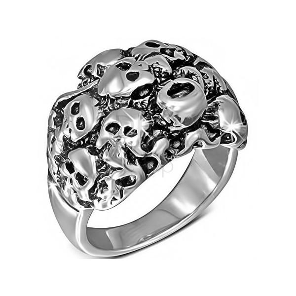 Lśniący mroczny pierścień ze stali - góra ludzkich czaszek
