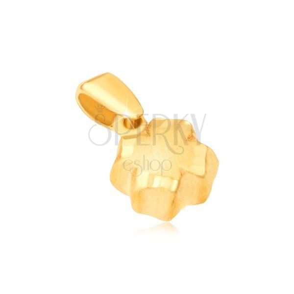 Wisiorek z żółtego złota 14K - czterolistna koniczyna 3D, satynowa powierzchnia, krawędzie z rowkami