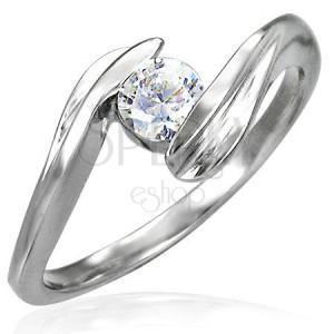 Stalowy zaręczynowy pierścionek z cyrkonią umieszczoną pomiędzy końcami ramion