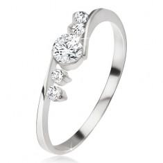 Srebrny pierścionek, przeźroczysta cyrkonia, dwa kamyczki obok ramion