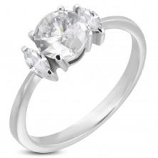 Zaręczynowy pierścionek z okrągłą cyrkonią i dwiema owalnymi cyrkoniami