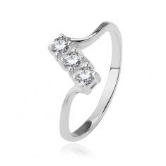 Srebrny pierścionek - trzy przezroczyste cyrkonie na ukośnym pasku, lśniące cienkie ramiona