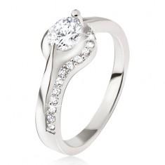 Strieborný prsteň, okrúhly číry kamienok, zaoblené ramená, zirkóniky