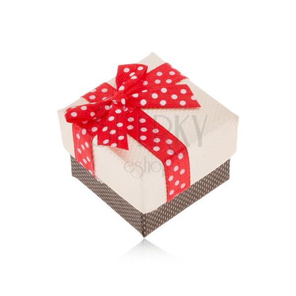 Beżowo-brązowe pudełeczko na pierścionek, czerwona wstążka z białymi kropkami