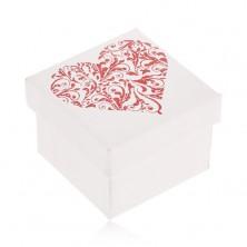 Pudełeczko prezentowe w białym kolorze, błyszczące czerwone serce z listków