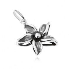 Ozdobnie patynowany wisiorek w postaci kwiatu, srebro 925