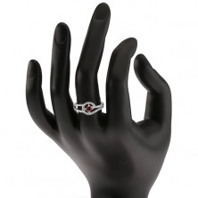 Pierścionek z czerwonym okrągłym kamyczkiem, delikatne przeźroczyste cyrkonie, srebro 925