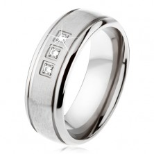 Tytanowy pierścionek srebrnego koloru, matowy pas, lśniące krawędzie, trzy cyrkonie