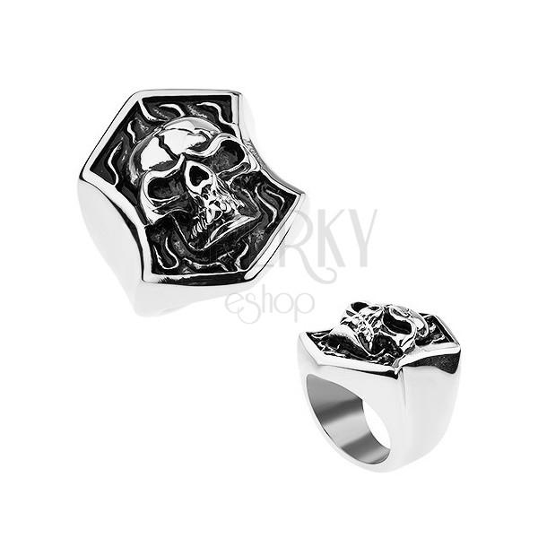 Stalowy pierścionek srebrnego koloru, wypukła czaszka z pęknięciem w herbie, patyna