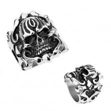 Stalowy patynowany pierścionek, wypukła czaszka, ornamenty na ramionach