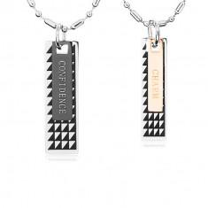Dwa stalowe naszyjniki, płytki z czarnymi trójkątami i napisami