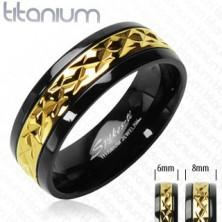 Tytanowa obrączka czarna z wzorzystym paskiem złotego koloru