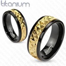 Tytanowa obrączka czarna ze złotym pasem ze wzorem