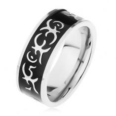 Stalowy pierścionek srebrnego koloru, lśniący czarny pas ozdobiony motywem tribala