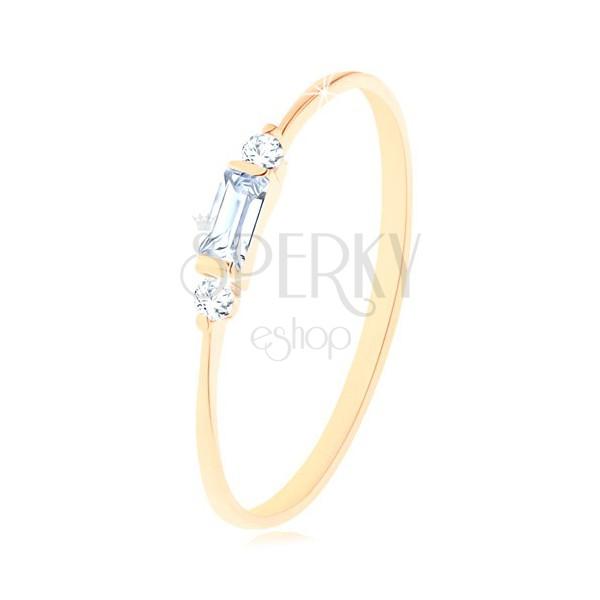 Pierścionek w żółtym 14K złocie - cyrkoniowy prostokąt bezbarwnego koloru, dwie okrągłe cyrkonie