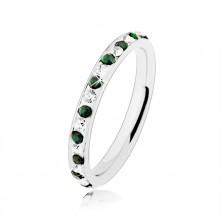 Stalowy pierścionek srebrnego koloru, bezbarwne i zielone cyrkonie