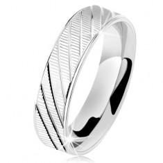 Srebrny pierścionek 925, fałdowana powierzchnia, lśniące krawędzie i ukośne nacięcia