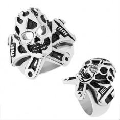 Stalowy pierścionek srebrnego koloru, wypukła patynowana czaszka, klucz francuski