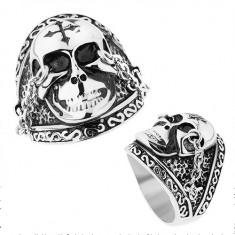 Stalowy pierścionek srebrnego koloru, lśniąca czaszka z krzyżem, łańcuszki, patyna
