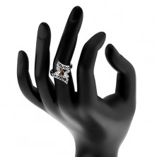 Pierścionek srebrnego koloru, zagięte ozdobione ramiona, kolorowy motyl