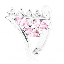 Lśniący pierścionek srebrnego koloru, zagięte końce ramion, bezbarwne i różowe cyrkonie