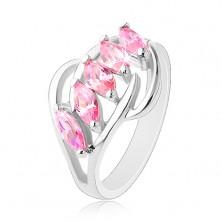 Pierścionek srebrnego koloru, lśniące łuki, pas różowych wyszlifowanych ziarenek