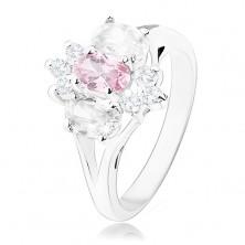 Błyszczący pierścionek w srebrnym odcieniu, rozdzielone ramiona, różowo-przezroczysty kwiat
