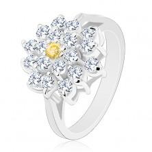 Pierścionek w srebrnym odcieniu, duży cyrkoniowy kwiat bezbarwnego koloru, żółty środek