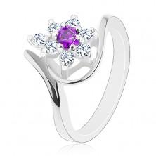 Pierścionek srebrnego koloru, asymetryczne ramiona, fioletowo-przezroczysty cyrkoniowy kwiat