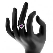 Pierścionek z zagiętym ramieniem, owalna fioletowa cyrkonia, błyszczący przezroczysty łuk