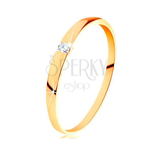 Złoty pierścionek 585 - błyszczący diament bezbarwnego koloru, gładkie wypukłe ramiona