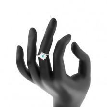 Błyszczący pierścionek w srebrnym odcieniu, prostokąt bezbarwnego i jasnoniebieskiego koloru