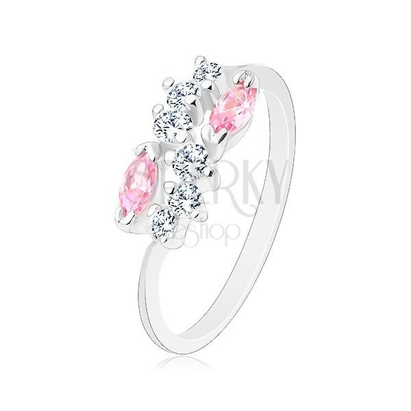 Lśniący pierścionek o zwężonych ramionach, srebrny kolor, bezbarwna fala i różowe ziarna