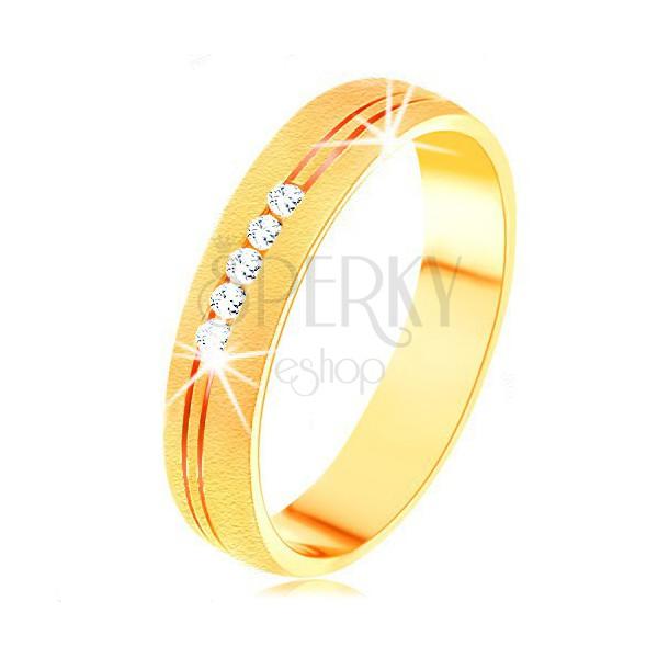 Pierścionek z żółtego 14K złota o satynowej powierzchni, podwójne nacięcie, przezroczyste cyrkonie