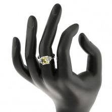 Pierścionek w srebrnym odcieniu, prostokątna cyrkonia żółto-zielonego koloru