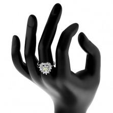 Pierścionek srebrnego koloru, błyszczące przezroczyste cyrkoniowe serce, jasnozielony środek