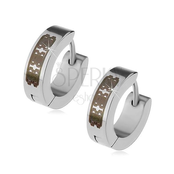 Stalowe kolczyki srebrnego koloru - krążki z grawerowanym wzorem, kajdakowe zapięcie