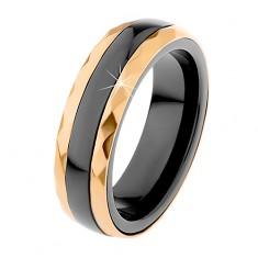 Ceramiczny pierścionek czarnego koloru, oszlifowane stalowe pasy w złotym odcieniu
