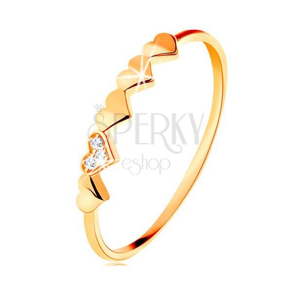 Pierścionek z 14K żółtego złota - małe błyszczące serduszka, przezroczyste cyrkonie