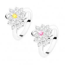 Pierścionek w srebrnym odcieniu, bezbarwny kwiatek z barwnym środkiem, lśniące łuki