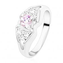 Błyszczący pierścionek srebrnego koloru, rozdzielone ramiona, kokardka z barwnym środkiem