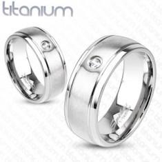 Tytanowy pierścionek srebrnego koloru o matowej powierzchni, nacięcia i cyrkonie, 8 mm