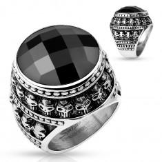 Patynowany stalowy pierścionek, czarny oszlifowany kamień, zarys z małych czaszek