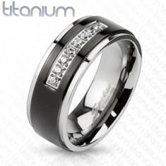 Tytanowy pierścionek srebrnego koloru, czarny pas, lśniące krawędzie, linia bezbarwnych cyrkonii
