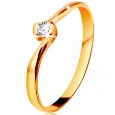 Pierścionek z żółtego 14K złota - bezbarwny diament między zagiętymi końcami ramion
