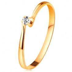 Brylantowy pierścionek z żółtego 14K złota - diament w koszyczku między zwężonymi ramionami